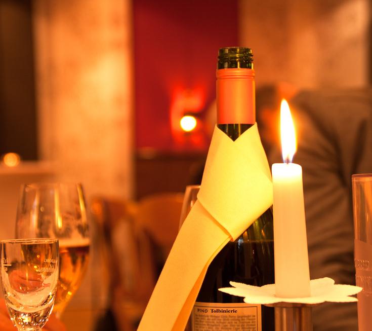 Weinflasche im Kerzenschein