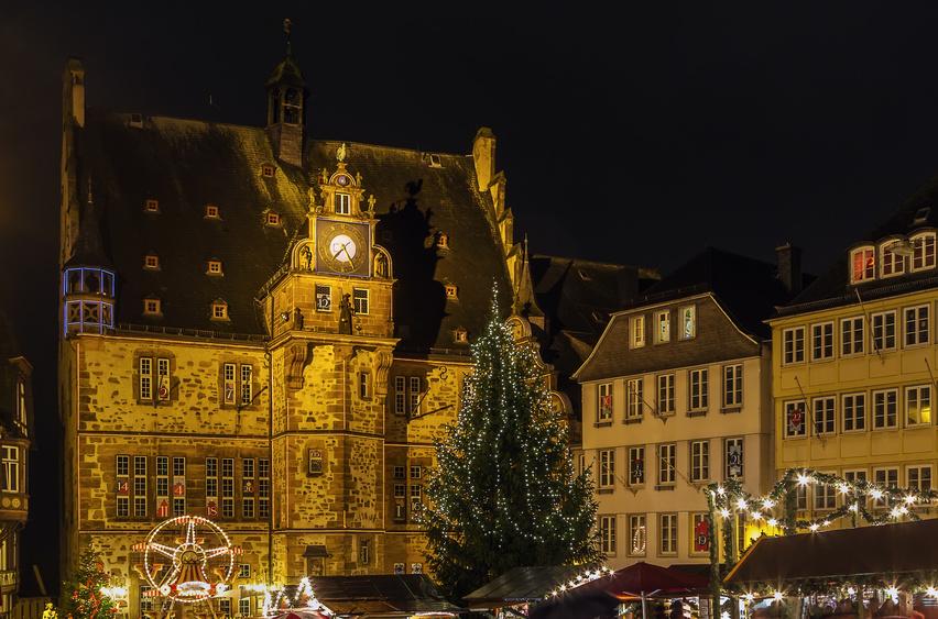 Weihnachtsmarkt vor dem historischen Rathaus Marburg