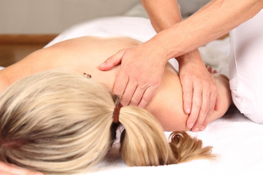 Frau geniesst professionelle Massage