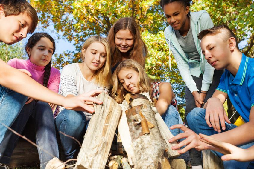 Teenager beim Aufbau eines Lagerfeuers