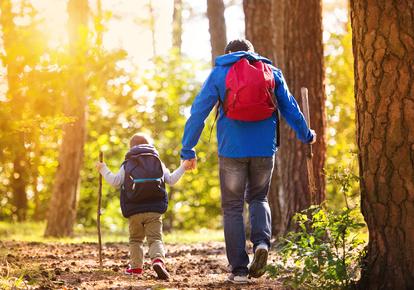 Vater und Sohn wandern