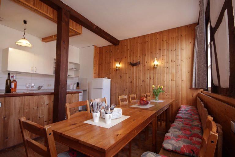 Gesellschaftsraum mit Küche für 16 Personen - Teil der Ferienwohnung Fuchs