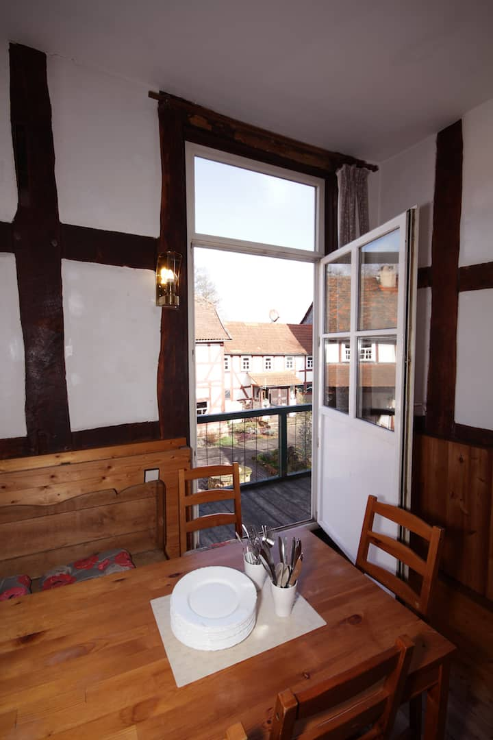 Zugang zum Balkon vom Gesellschaftsraum mit Blick auf den Innenhof