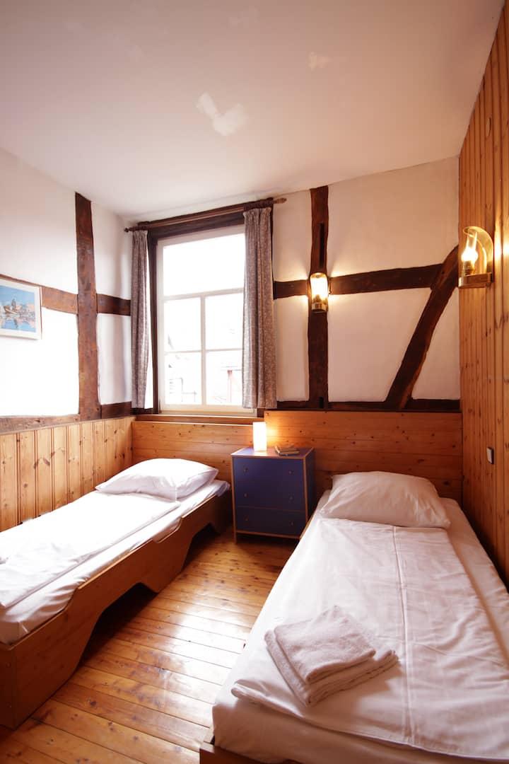Schlafraum mit Blick auf den Hof, Apartment 34 - Teil der FeWo Fuchs