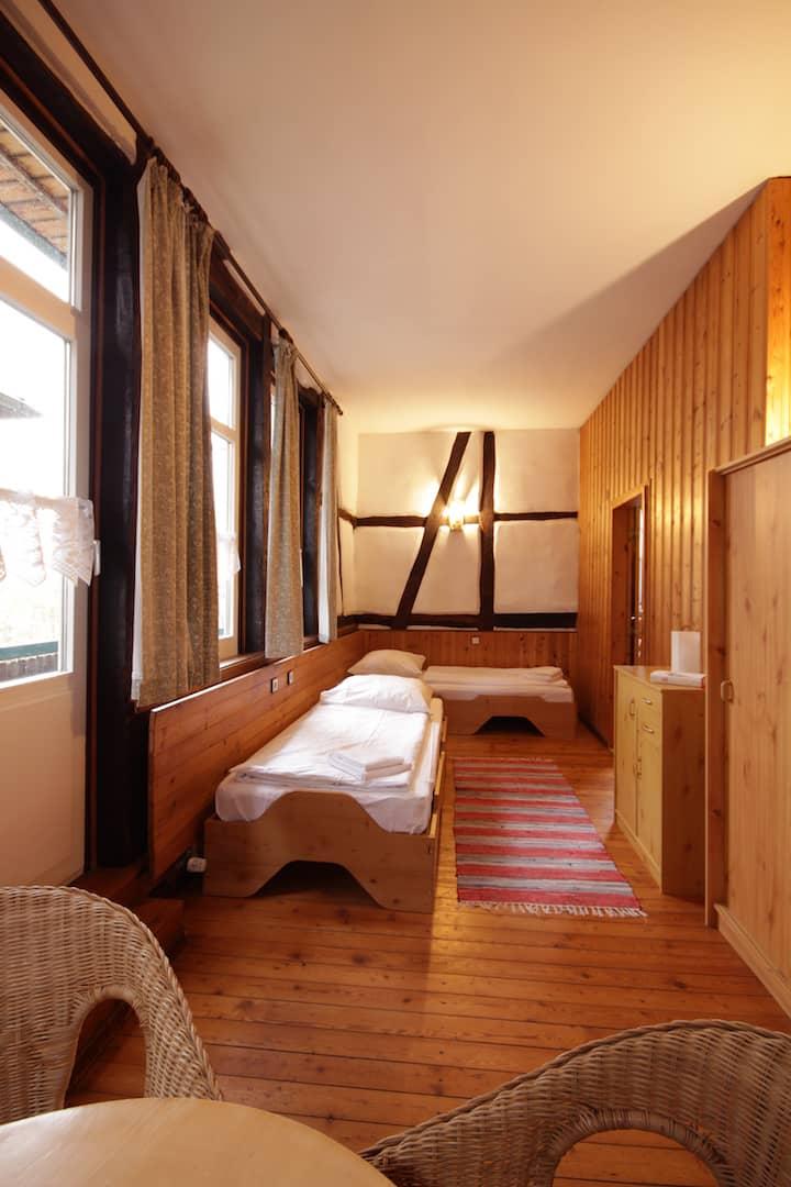 Schlafzimmer für vier Personen mit 2 Einzelbetten und einem Etagenbett in einem separaten Raum, Apartment 11 - Teil der FeWo Flieder