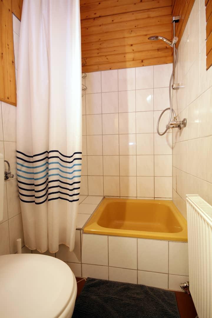 Dusche und WC, Apartment 13