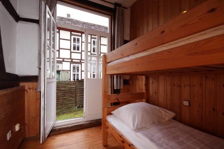 Zimmer mit Etagenbett und Zugang zum Garten, Apartment 13