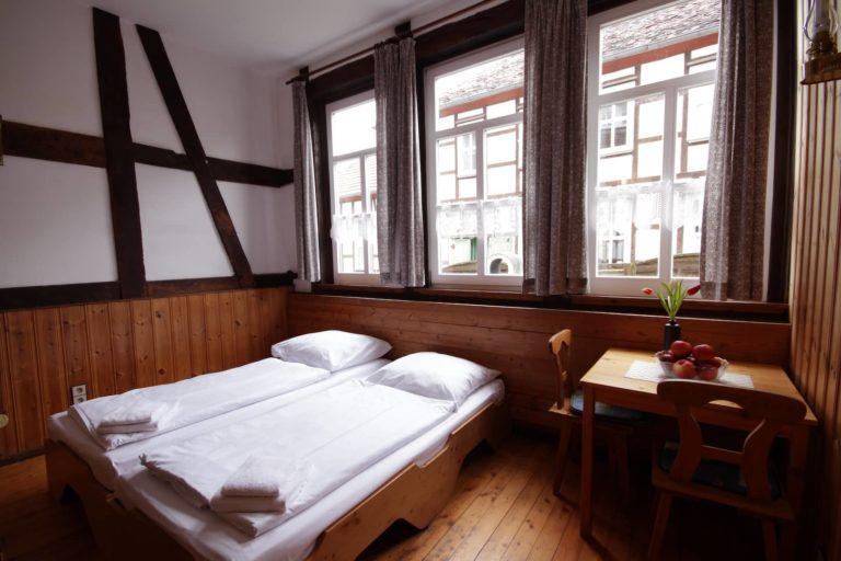Zweibettzimmer mit Blick in den Garten, Apartment 14 - Teil der FeWo Flieder