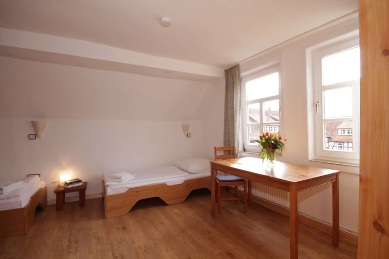 2-Bett Schlafzimmer mit 2 Einzelbetten in Amsel, Ansicht Richtung Innenhof