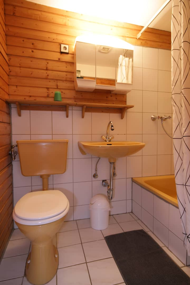 Separate Dusche /WC neben Gesellschaftsraum Amsel