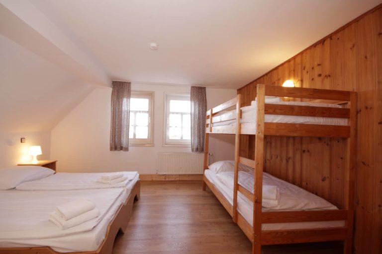 Hinterer Schlafraum für 3 Personen mit 2 Einzel- und einem Etagenbett Apartment 63; Blick Richtung Fenster