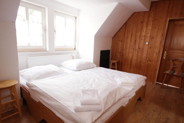 2-Bett Zimmer in Apartment 61 mit 2 Einzelbetten mit Verbindungstür zu Apartment 60