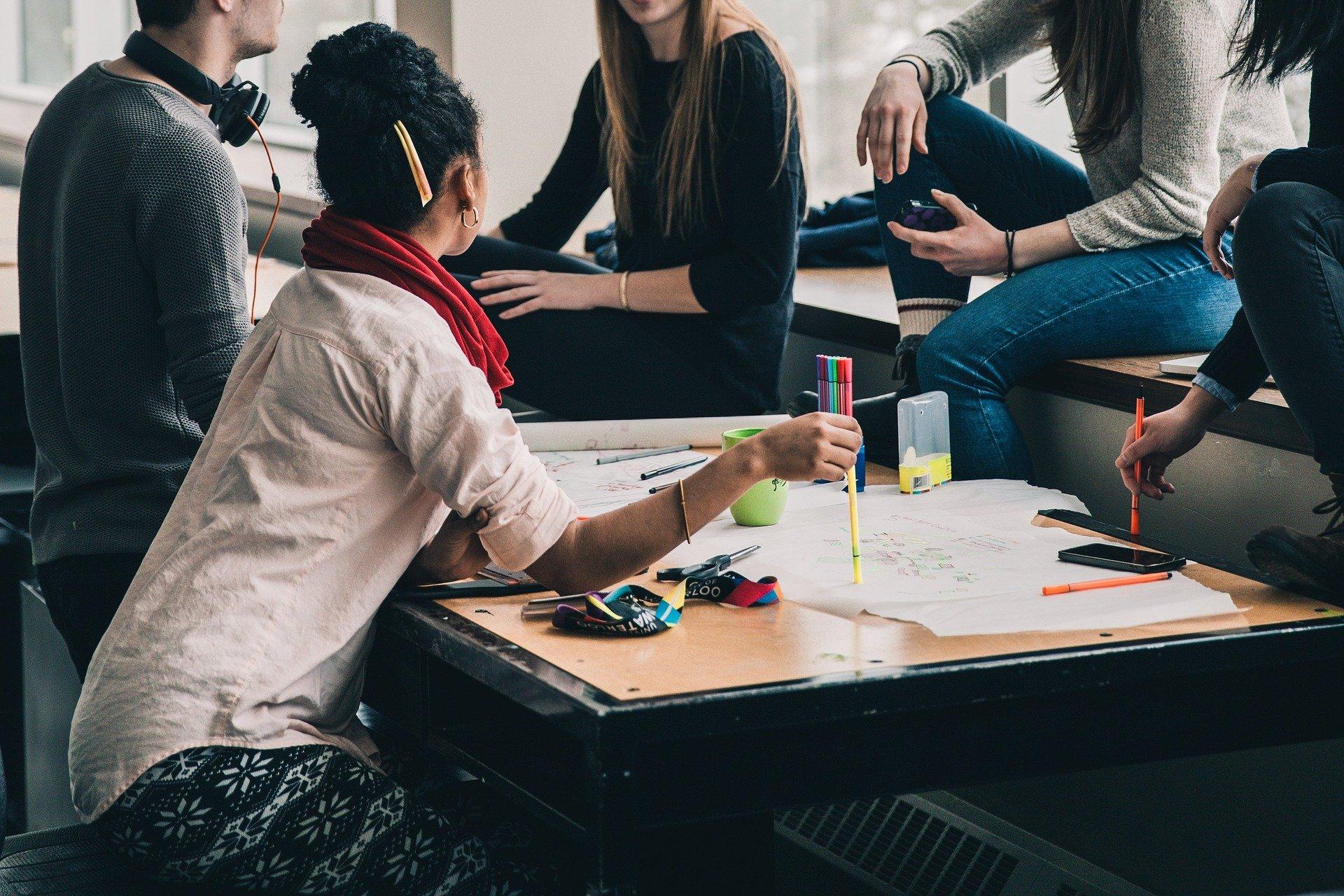 Teilnehmer eines Workshops beim Gespräch
